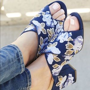 ✨NEW SOLE SOCIETY Luella Navy Floral Heeled Sandal